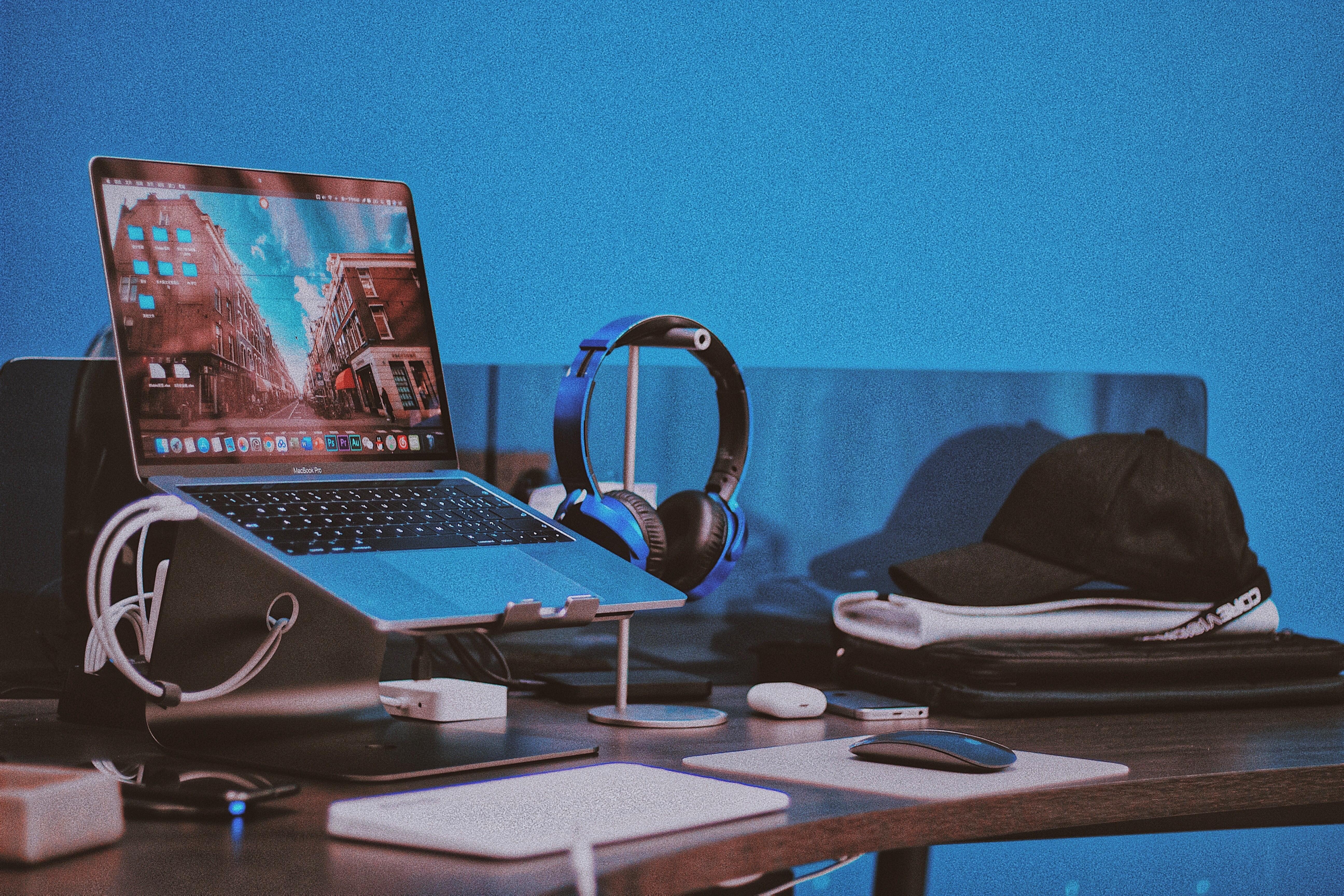 Dlaczego powinniśmy zainwestować w chłodzącą podstawkę pod laptopa?